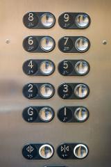 Imagen de las teclas de un ascensor accesible, con botones en braille