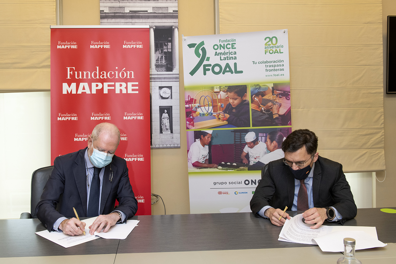 El presidente de Fundación Mapfre, Julio Domingo Souto, y su homólogo de FOAL, Alberto Durán, rubrican el acuerdo