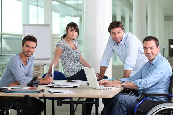Cuatro trabajadores reunidas en una oficina