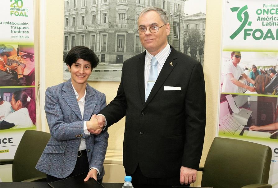 La directora general de FOAL, Estefanía Mirpuri, y el presidente de CECO, Ignacio Segura se estrechan la mano en el acto de firma del convenio