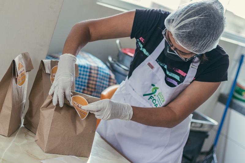Xiomi Rucoba empaqueta un pedido de empanadillas