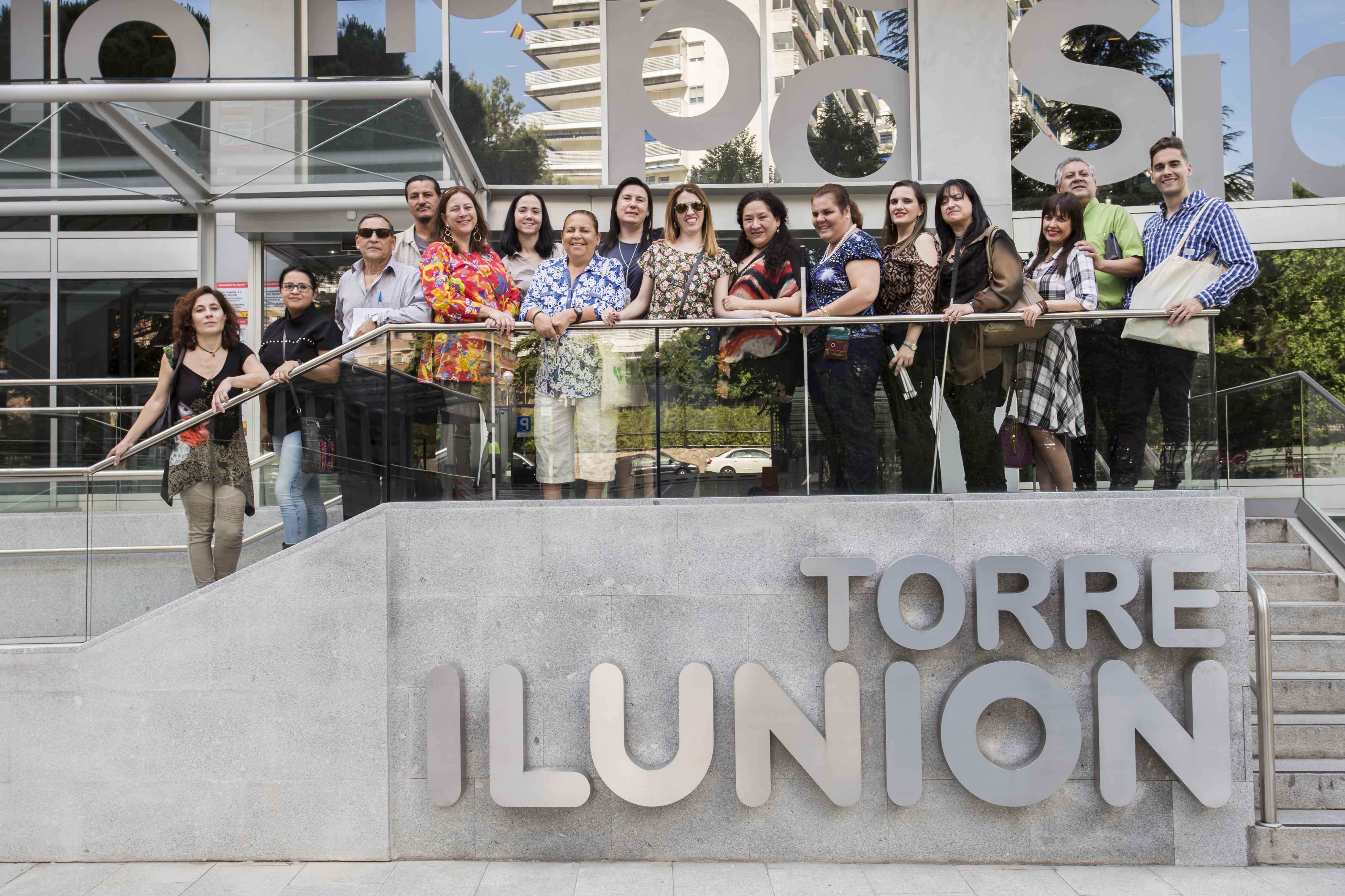 Los coordinadores de ÁGORA y el equipo de FOAL, durante la visita a Ilunion