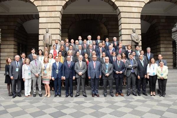 Foto familia con Mariano Jabonero que ha sido elegido secretario general de la OEI