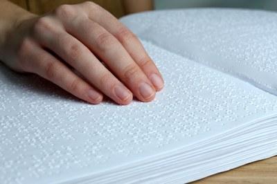 Una persona lee un texto en braille