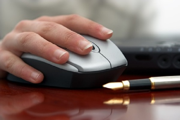 Una mano usando un ratón de ordenador