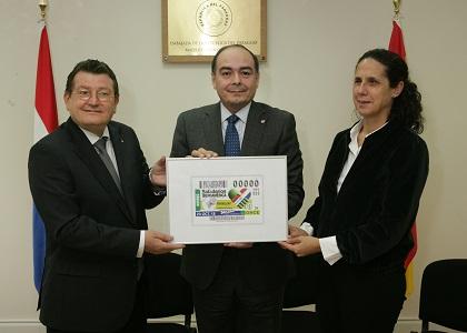 El Grupo Social ONCE entrega un cupónn enmarcado al Emabajdor de Paraguay en España