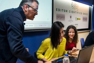 Dos estudiantes con discapacidad visual hacen una demostración del uso de EDICO, acompañadas de un profesor