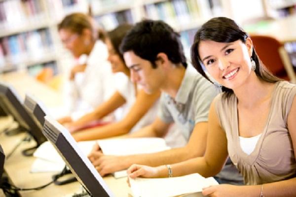Estudiantes con ordenadores