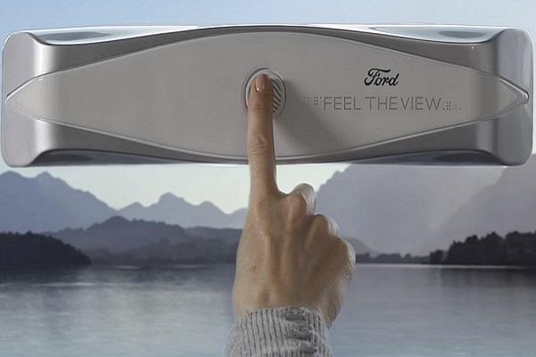 Una mano señalando un dispositivo del prototipo de un coche de Ford