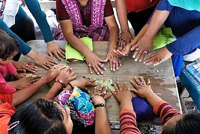 Varias mujeres de la etnia cachiquel comparten un espacio de ocio
