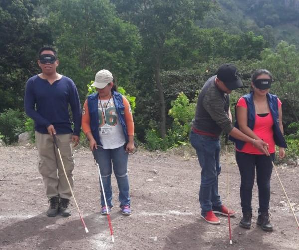 Imagen de la capacitación en orientación y movilidad que Jesús Morcillo impartió en Camotán