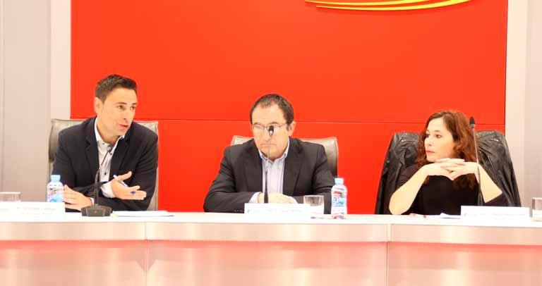 Foto de la mesa de ponentes, donde la experta de FOAL aparece acompañada del director de Plena Inclusión y el jefe de Innovación Social de Fundación ONCE