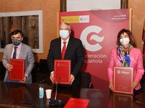 Responsables de cada entidad en la firma del acuerdo entre el Grupo Social ONCE y AECID