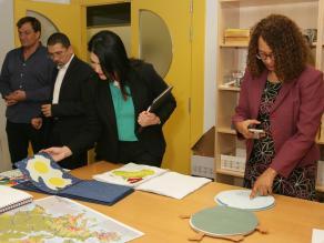 Las autoridades educativas dominicanas revisan el material adaptado de la ONCE