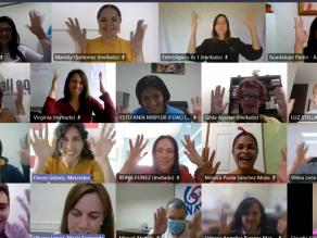 Imagen de la sesión de cierre de la actividad, en la que los participantes aparecen con las manos en lo alto, haciendo el signo de aplauso en lengua de signos