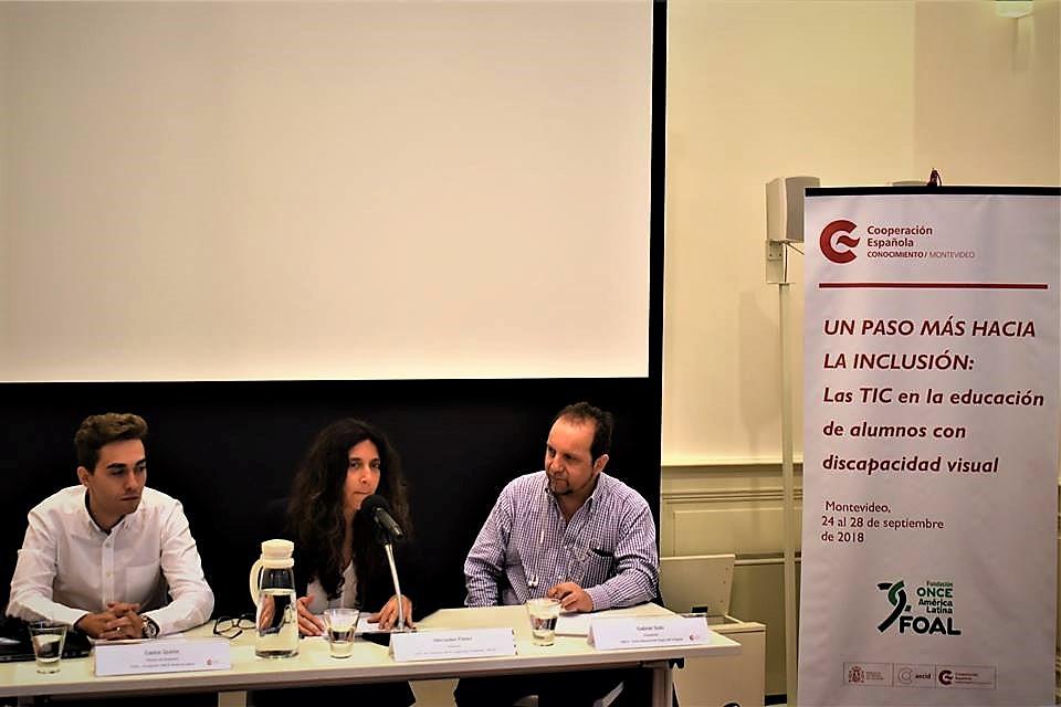 Los representantes de FOAL, del Centro de Formación de la AECID y de la Unión Nacional de Ciegos del Uruguay, durante la inauguración del seminario