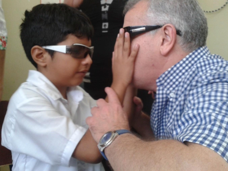 Imagen del voluntario Carlos Valbuena con un estudiante